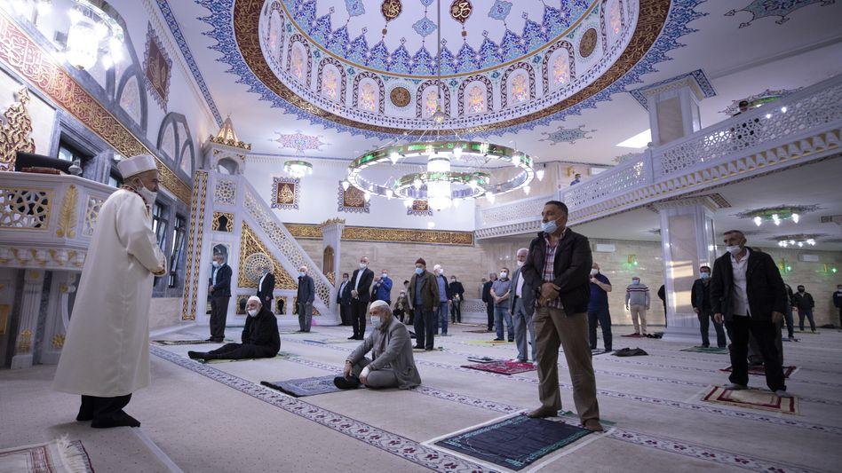 Gläubige in der Mevlana-Moschee in Berlin: »Dass Corona uns alle gleichmacht, hat sich als falsch herausgestellt«