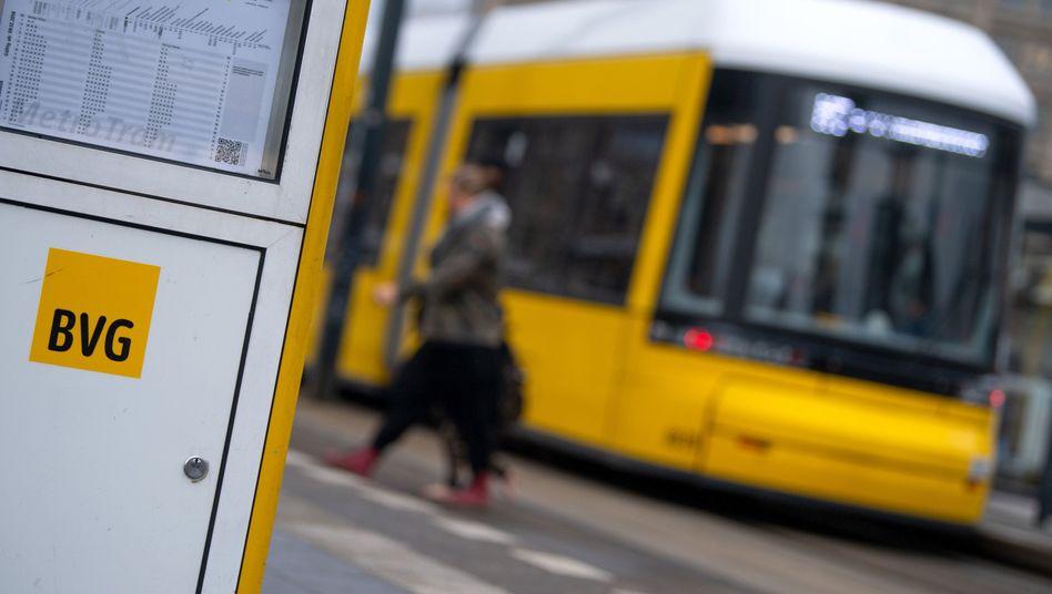 BVG-Straßenbahn am Alexanderplatz