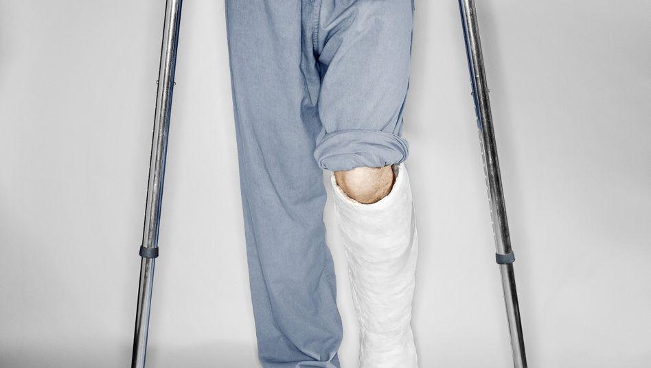Bein in Gips: Der Bruch heilt nicht, auch nach Monaten nicht