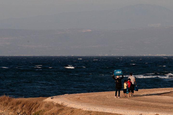 Diese Familie ist nach dem Brand in Moria auf dem Weg in das von der griechischen Regierung errichtete Notlager auf Lesbos