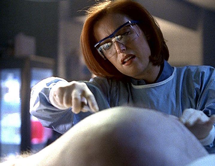 Einmal Y-Schnitt, bitte: Scully bei einer ihrer zahlreichen Autopsien