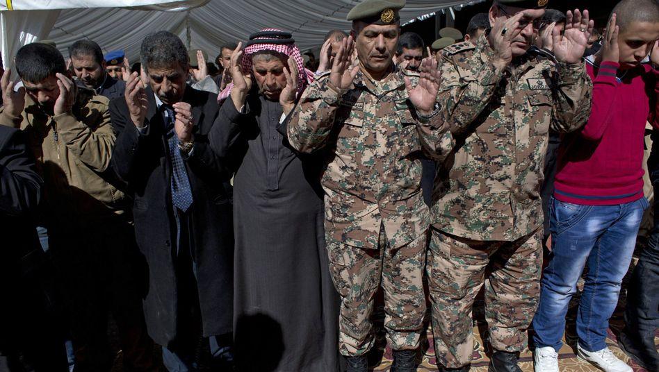 Beerdigung des ermordeten Jordaniers Kaseasbeh: Der IS tötet Dutzende Gefangene