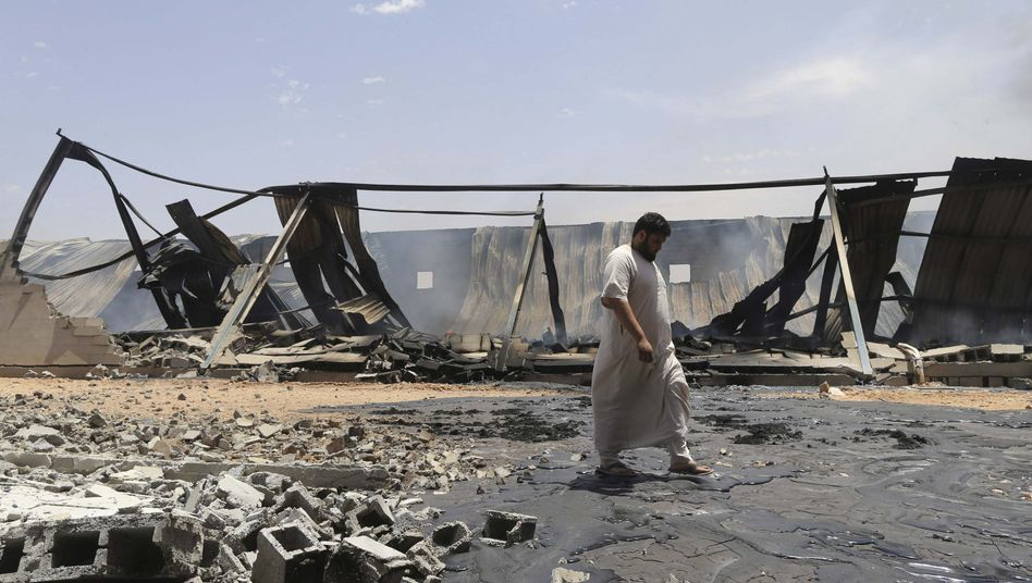 Zerstörtes Lager in Bengasi: Den Angriff soll der abtrünnige General Khalifa Haftar befehligt haben