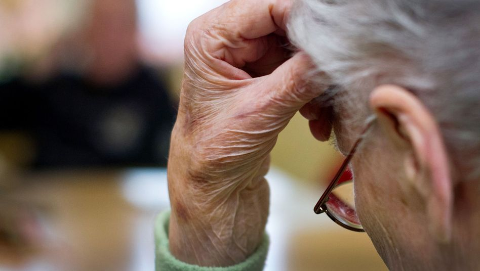Demenzkranke Frau in einem Pflegeheim