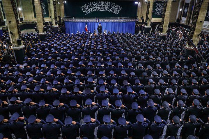 Ajatollah Ali Khamenei, oberster Führer Irans, vor Angehörigen der Luftwaffe am 8. Februar