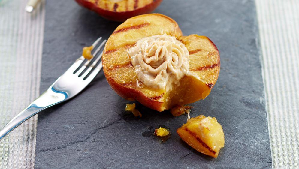 Vegan grillen: Süßkartoffel-Bohnen-Burger und Gemüse am Spieß