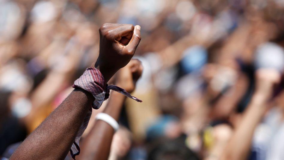Gestreckte Fäuste bei einer Demo in Italien: weltweit ein neues Ausmaß