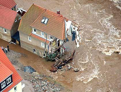 Dieses Haus in Weesenstein wurde Opfer der Müglitz: Der Regen der vergangenen Tage hatte den kleinen Gebirgsbach zu einem wilden Fluss anschwellen lassen, der alles mit sich gerissen hat.