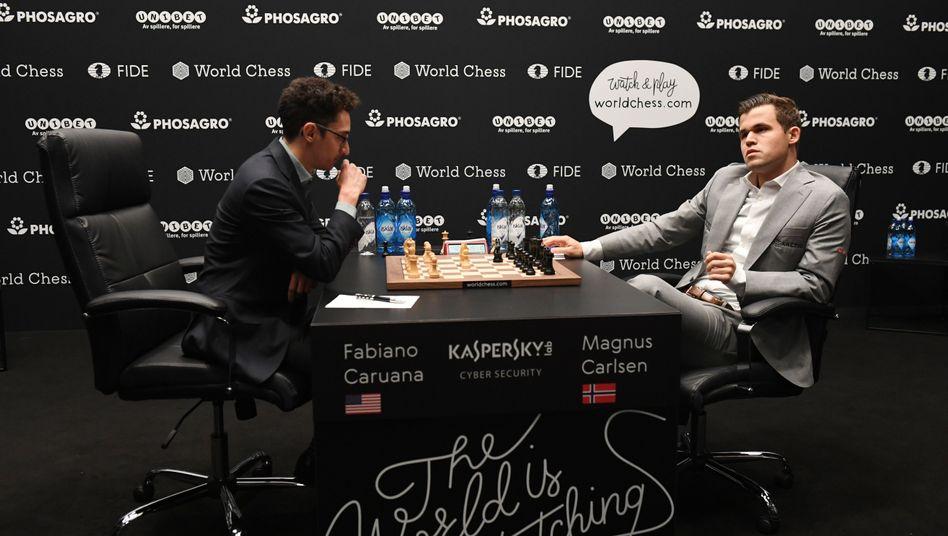 Fabiano Caruana (l.) und Magnus Carlsen (r.)
