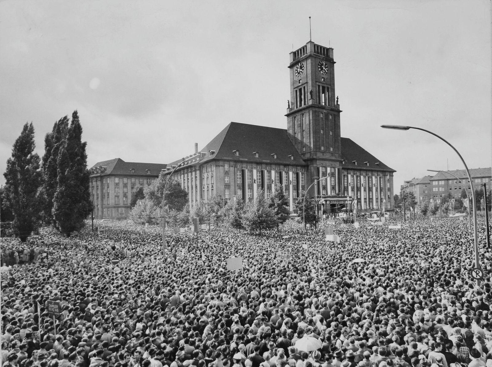 Demonstration vor dem Rathaus Berlin-Schöneberg