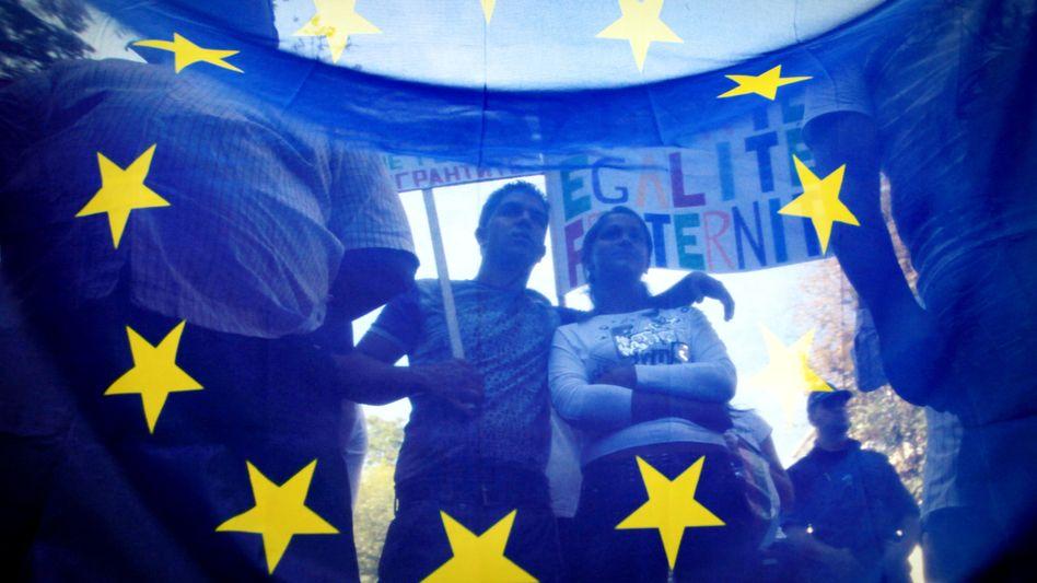 EU-Fahne: Neue soziale Rechte - oder hohe Kosten für die Unternehmen?