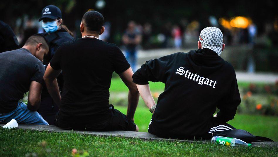 Junge Männer im Stuttgarter Schlossgarten
