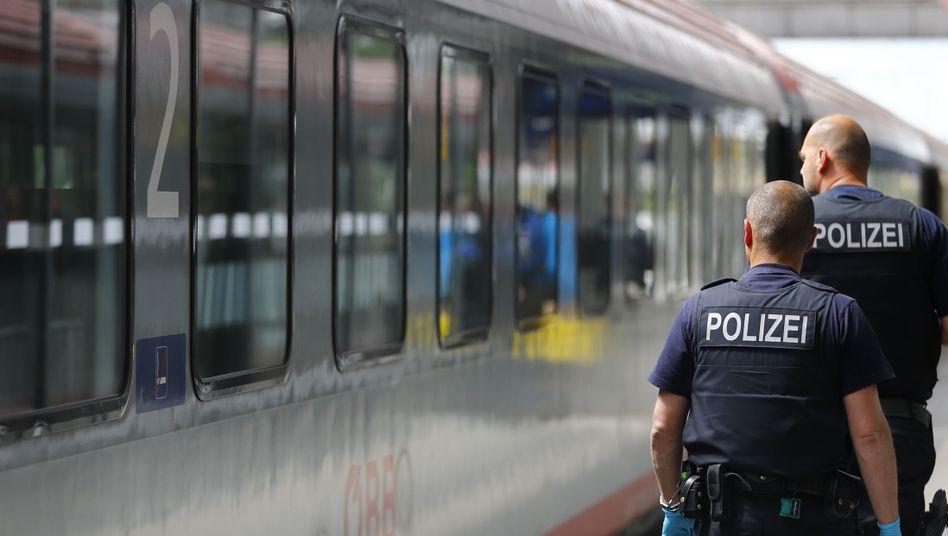 Polizisten im bayerischen Rosenheim (Archivbild): Wieder Grenzkontrollen