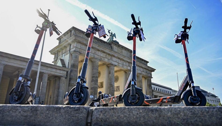 So ordentlich abgestellt wie hier am Brandenburger Tor werden E-Scooter nicht immer