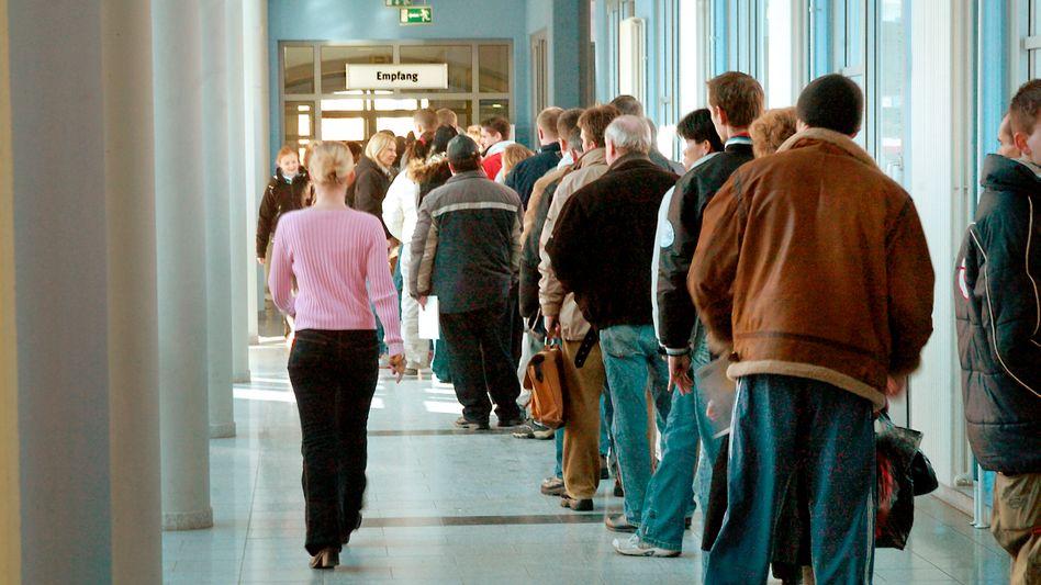 Wartende in einer Arbeitsagentur (Archiv): Überdurchschnittlich schlechte Chancen