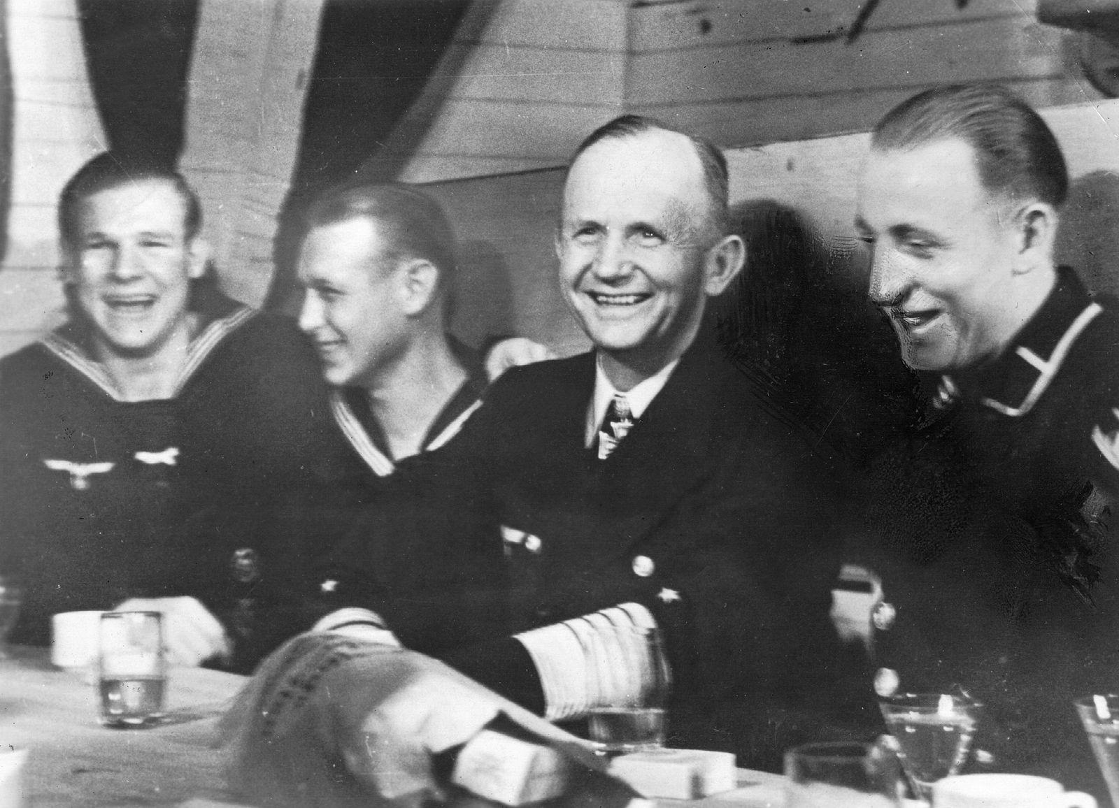 Karl Dönitz mit Matrosen, 1945