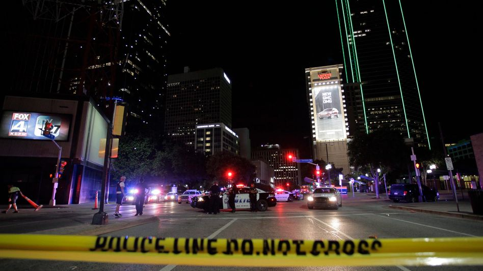 Polizei-Absperrung nach Schießerei in Dallas