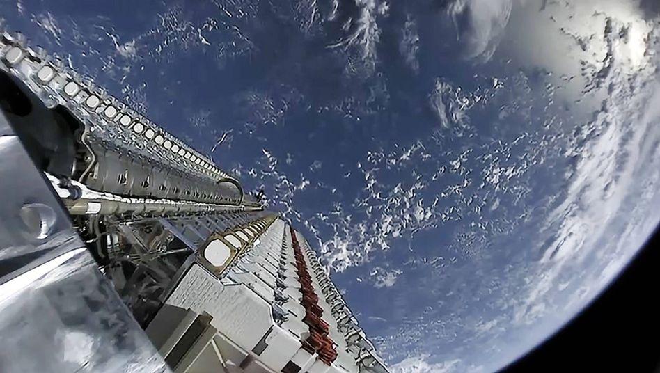 """Die """"Starlink""""-Satelliten vor dem Aussetzen im Erdorbit"""
