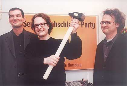 """Texterschmiede: Der Semesterbeste, hier Robert Herter, gewinnt den """"großen Hammer"""""""