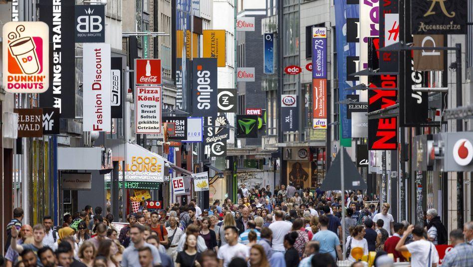Passanten auf der Kölner Shoppingmeile