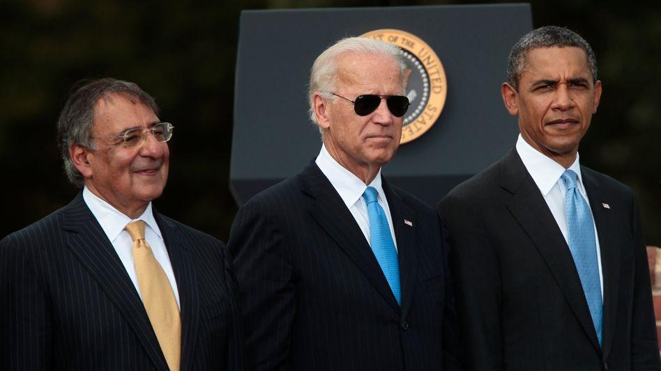 Leon Panetta, damaliger US-Vizepräsident Joe Biden und Ex-US-Präsident Barack Obama (2011)