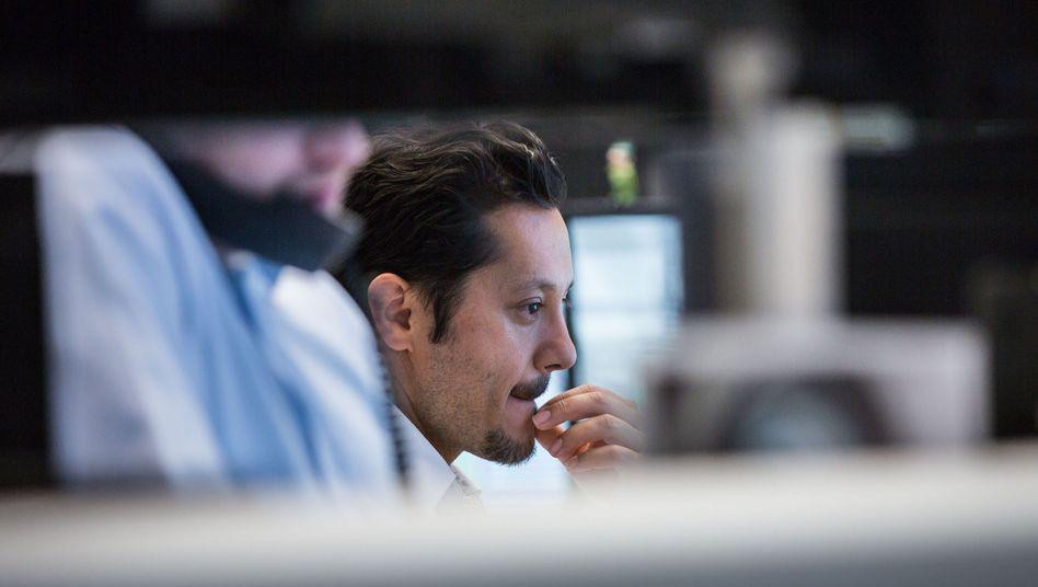 Händler im Handelssaal der Frankfurter Börse: Ob die Zinswende im Dezember kommt, ist offen