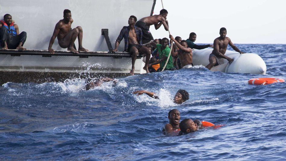 Tödliches Mittelmeer: Geflüchtete neben einem Boot der libyschen Küstenwache im November 2017