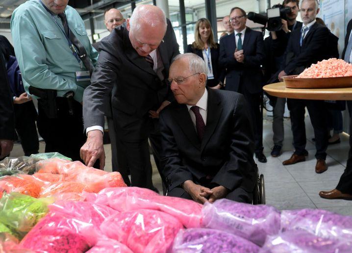 Wolfgang Schäuble (M.) mit sichergestellten Ecstasy-Pillen