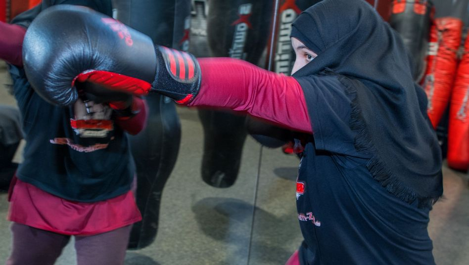Selbstbewusste Integrationsarbeiterin mit Kopftuch: Boxerin Miriam Hamdoun