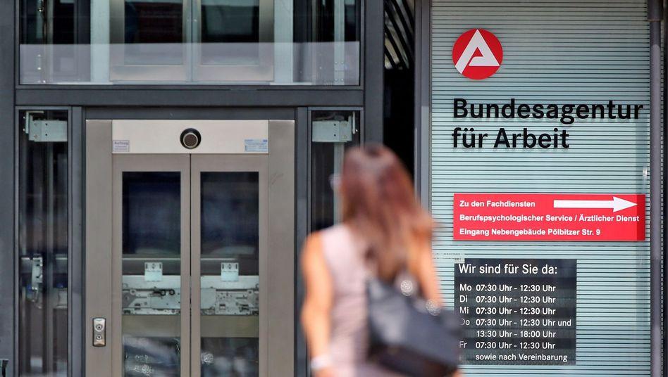 Frau vor der Bundesagentur für Arbeit in Zwickau (Sachsen)