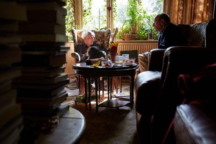 Bauman in seinem Haus in Leeds mit SPIEGEL-Redakteur Romain Leick