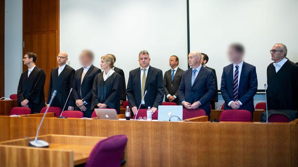 Auf der Anklagebank: Die früheren Aktienhändler (3.v.l., und 2.v.r.) mit ihren Verteidigern
