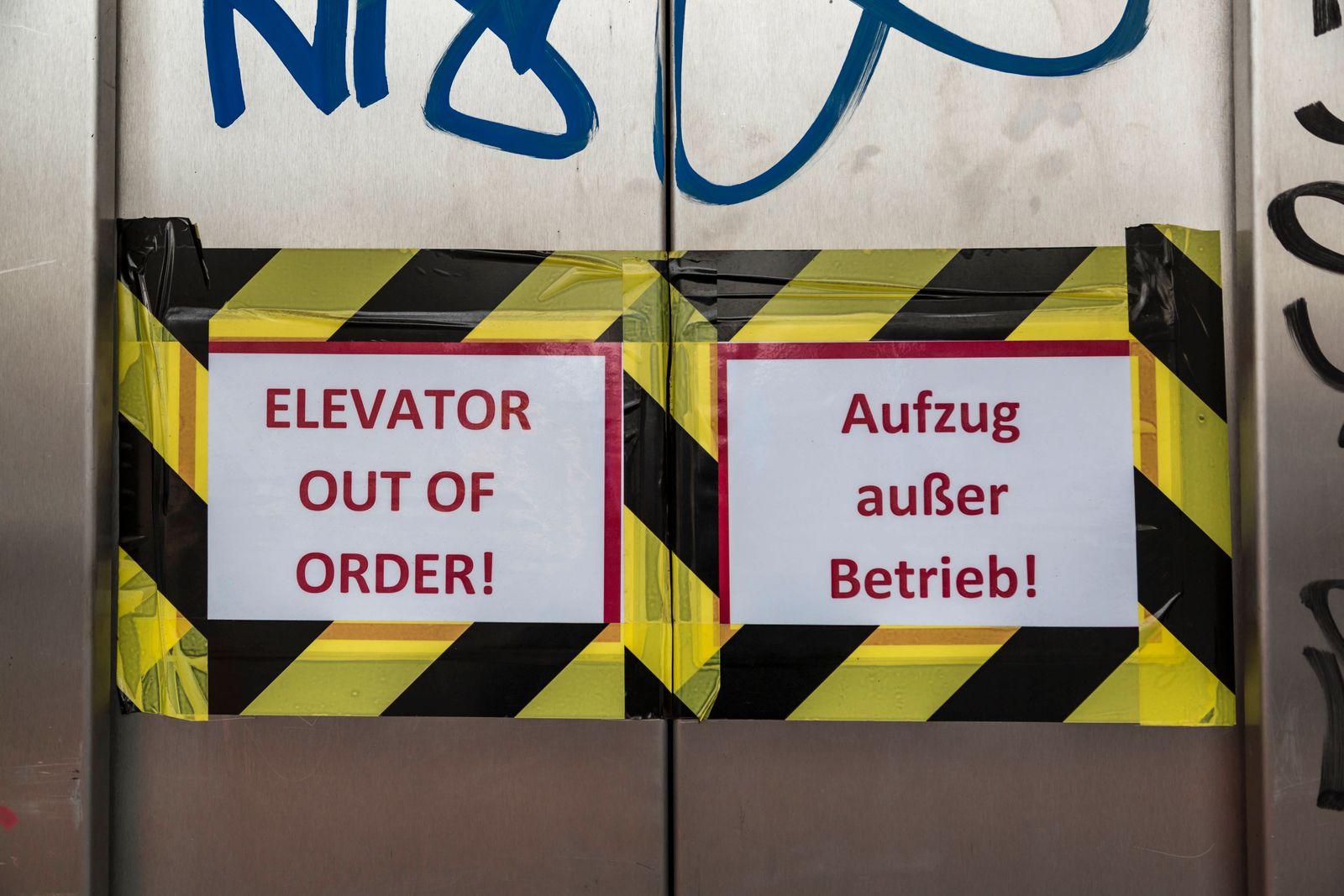 Fahrstuhl außer Betrieb Schild in Berlin *** Elevator out of order Sign in Berlin