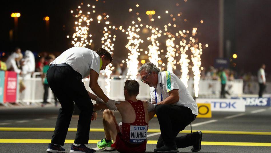 Thijs Nijhuis, ein Athlet aus Dänemark, kann nicht mehr, Betreuer sind bei ihm