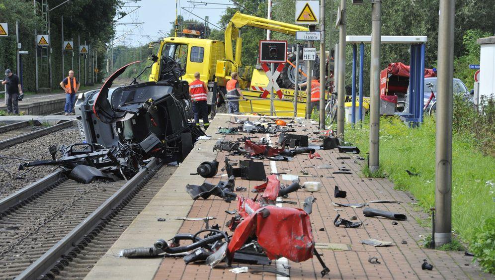 Unfall in NRW: Zug kracht in Trecker
