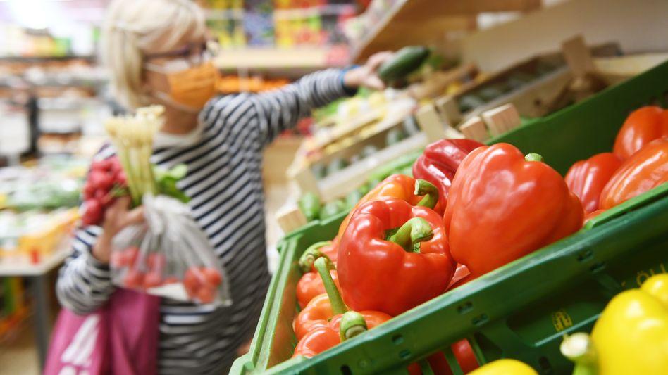 Lebensmittelgeschäftin Rosenheim: 4,5 Prozent mehr für Nahrungsmittel