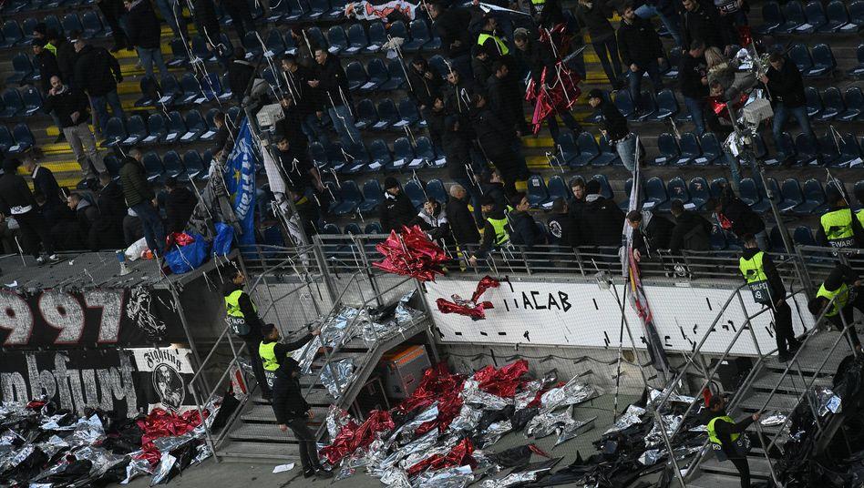 Eintracht-Fans werfen Choreo-Utensilien weg