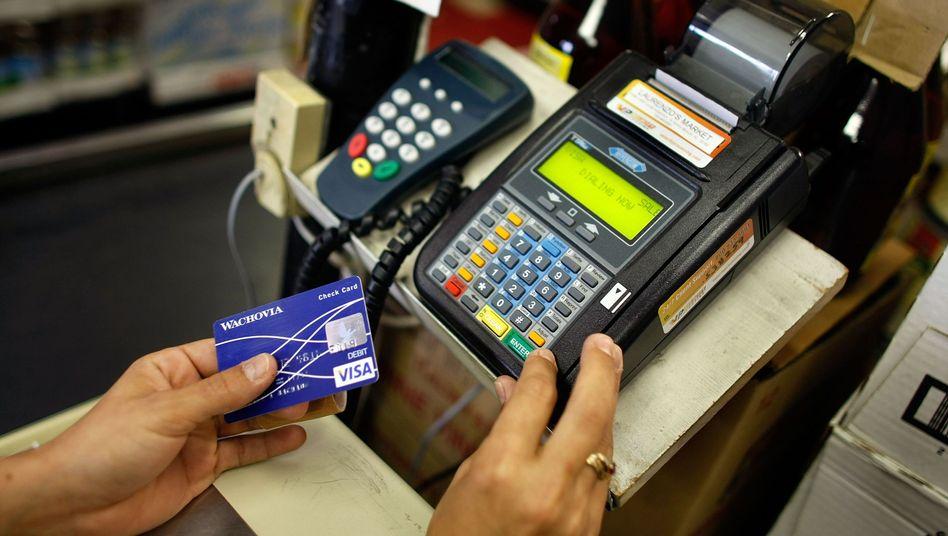 Kartenleser an der Kasse (Symbolbild): Zahlstationen an Tankstellen, in Geschäften und Hotels mit Schwachstellen