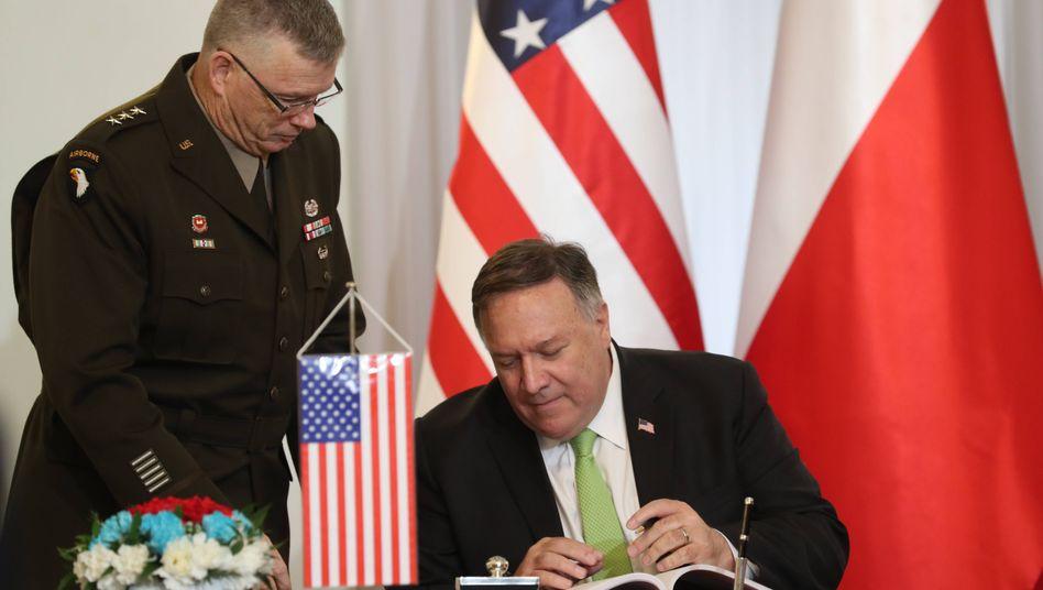 US-Außenminister Mike Pompeo und Polens Verteidigungsminister Mariusz Blaszczak bei der Vertragsunterzeichnung zur engeren militärischen Zusammenarbeit