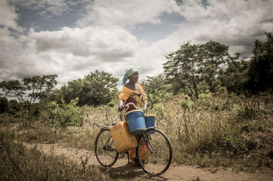 Aisha Bahari, 35, auf dem Weg zur Wasserpumpe