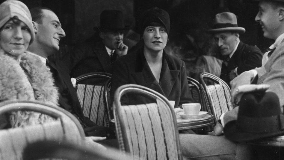 Adieu, Mademoiselle: Café-Kundin in Paris, ca. 1925