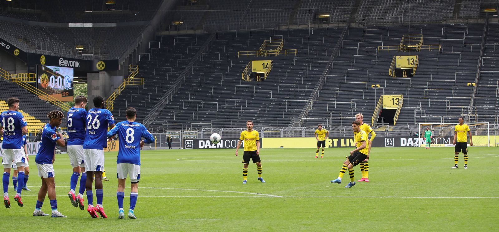Borussia Dortmund - FC Schalke 04 Freistoß HAKIMI, BVB gegen Mauer Schalke, leeres Stadion, ohne Zuschauer Fussball: 1.