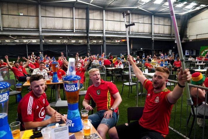 Fußballfans in Cardiff schauen gemeinsam das EM-Spiel zwischen Wales und der Türkei