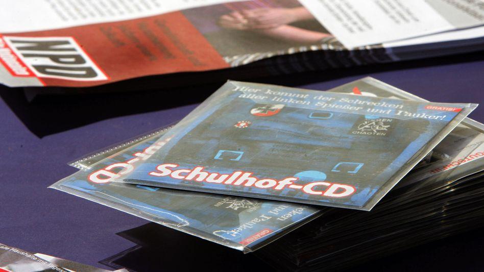 CDs für den Schulhof waren gestern. Jetzt versuchen Rechte, ihre Propaganda über Lehrer zu verbreiten