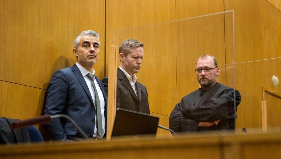 Angeklagter Stephan Ernst (M.) mit seinen Verteidigern Mustafa Kaplan und Jörg Hardies: Totschlag oder Mord?