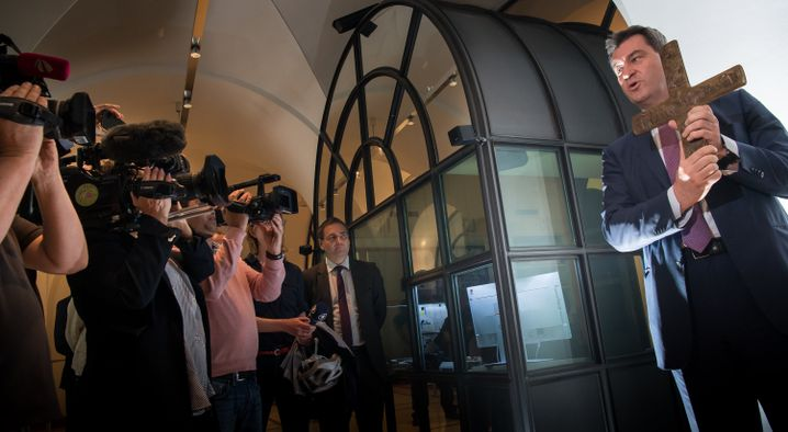 Markus Söder im Eingangsbereich der bayerischen Staatskanzlei