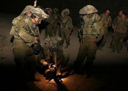 Angriff im Morgengrauen: Eine Gruppe israelische Soldaten bereitet sich in der Nacht zum Samstag auf ihren Einsatz im Libanon vor