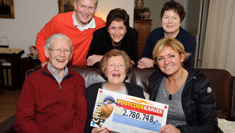 """Einer der Gewinner mit dem Team der """"Postcode""""-Lotterie: Wohin mit dem Geld?"""