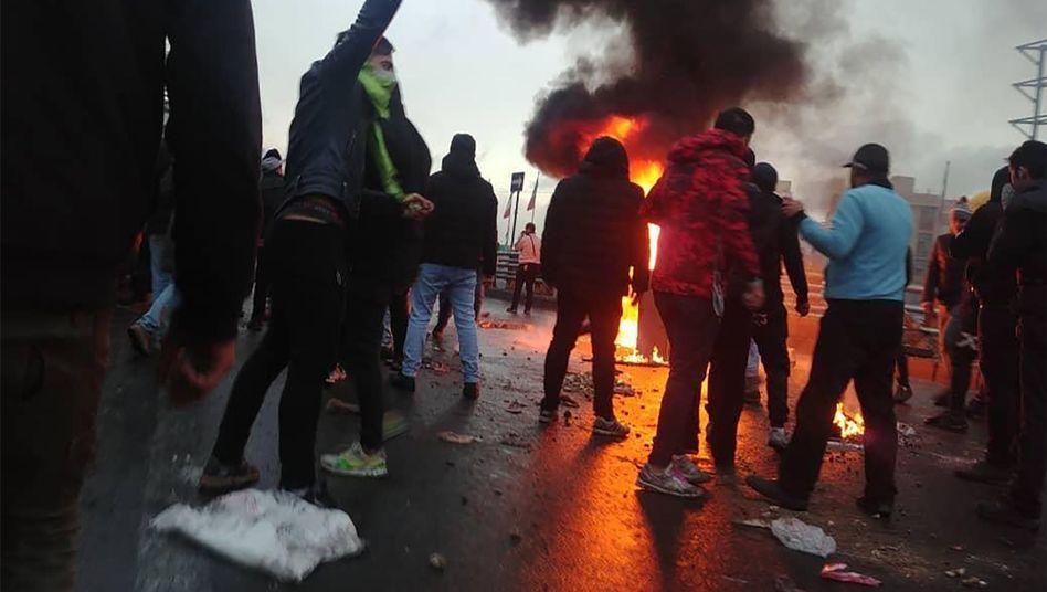 Protestierende nahe einem Feuer in Teheran: Einmischung in iranische Angelegenheiten