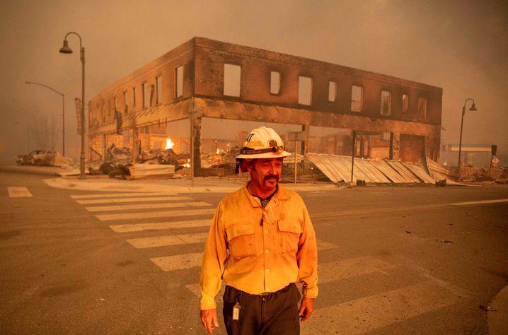 Ausgebranntes Gebäude im Zentrum der Kleinstadt